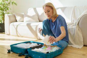 Kobieta pakuje walizkę